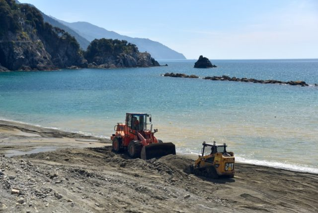 cameron-italy-monterosso-beach-tending