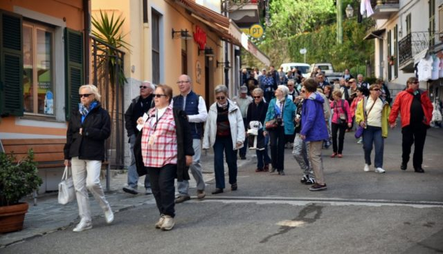 cameron-italy-manarola-crowds