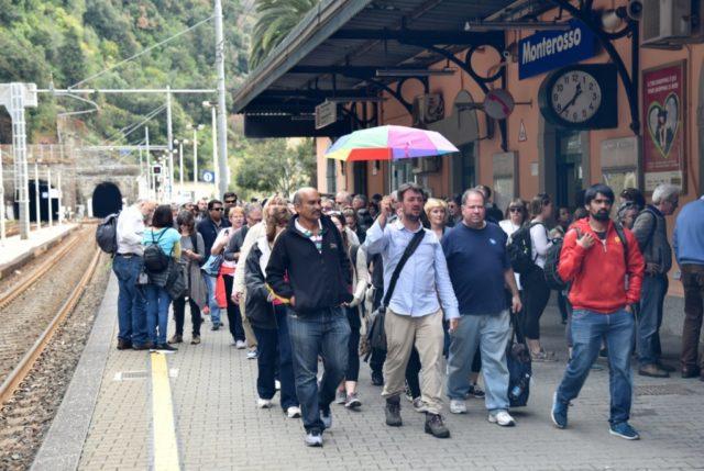 cameron-italy-monterosso-crowds
