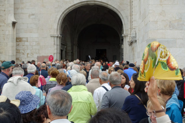 Crowds at the Jerónimos Monastery